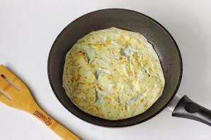 Яичные блинчики с колбасой - фото шаг 4