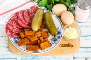 Салат с кириешками и копченой колбасой - фото шаг 1