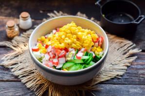 Салат с крабовыми палочками, кукурузой, огурцом и капустой - фото шаг 6