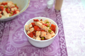 Салат с курицей, перцем и зеленым горошком - фото шаг 9