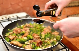 Курица с овощами на сковороде - фото шаг 14