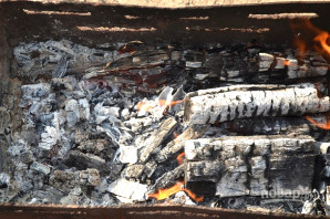Шашлык из скумбрии на мангале - фото шаг 9
