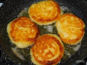 Нежные сырники с манкой - фото шаг 3