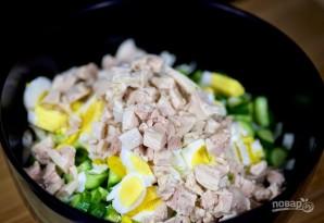 Салат с отварной курицей, яйцом и овощами - фото шаг 5