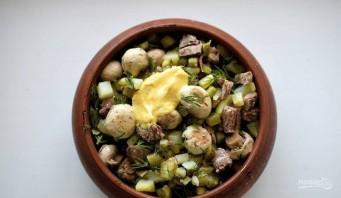 Салат с шампиньонами и солеными огурцами - фото шаг 6