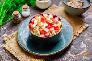 Салат с крабовыми палочками и рыбными консервами - фото шаг 7