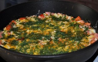 Яичница с колбасой, помидорами и сыром - фото шаг 4