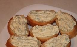 Горячий бутерброд со шпротами - фото шаг 3