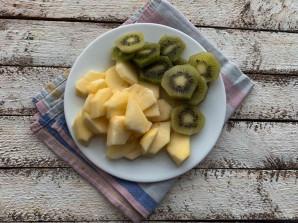 Шарлотка с яблоками и киви - фото шаг 4