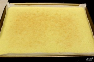 Рулет бисквитный с ягодами - фото шаг 9