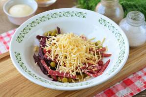 Салат с чипсами и копченой колбасой - фото шаг 5