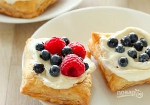Слойки с крем-сыром и ягодами - фото шаг 5