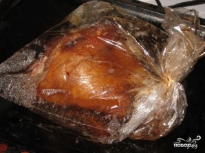 Запеченная в рукаве свиная рулька с чесноком и чесночными стеблями - фото шаг 2