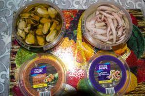 """Салат из кальмаров и мидий с чипсами """"Жемчужина моря"""" - фото шаг 4"""