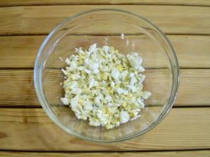 Салат с маринованными огурцами - фото шаг 2