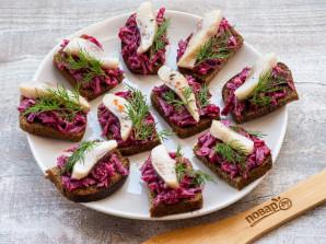 Бутерброды с селедкой на черном хлебе - фото шаг 5