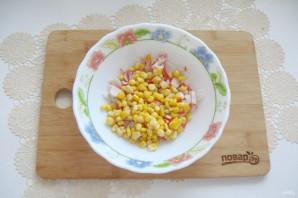 Салат с крабовыми палочками и кириешками - фото шаг 3