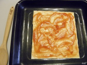Пицца из слоеного теста в духовке - фото шаг 5