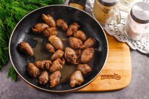 Теплый салат с куриными сердечками - фото шаг 5