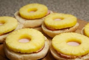 Бутерброды с ананасом и сыром - фото шаг 4