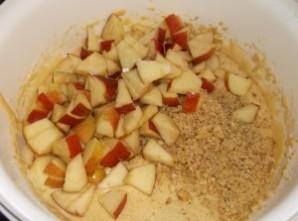 Шарлотка на йогурте с яблоками - фото шаг 6