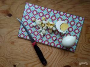 Салат с крабовыми палочками и горошком - фото шаг 3