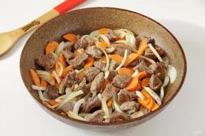 Говядина на сковороде с морковью и луком - фото шаг 4