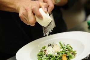 Салат с жареными лисичками - фото шаг 8