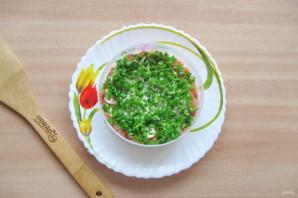 Слоеный салат с копченой горбушей - фото шаг 5