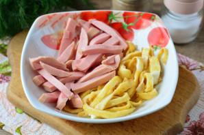 Салат из омлета и колбасы - фото шаг 7
