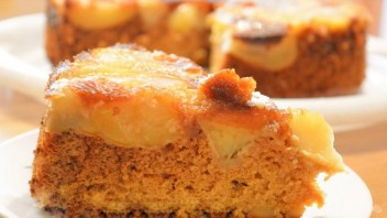 Шарлотка с яблоками и медовым бисквитом - фото шаг 9