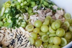 Салат с виноградом, курицей и сельдереем - фото шаг 4