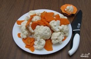 Маринованная цветная капуста с морковкой - фото шаг 1