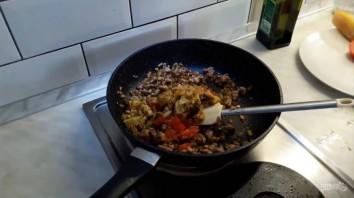 Баклажаны, фаршированные овощами, мясом и орехами - фото шаг 3