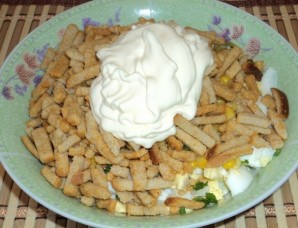 Салат с сухариками и колбасой - фото шаг 5