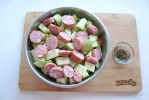 Картофель с колбасками в духовке - фото шаг 6