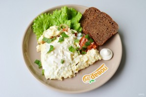 Яичница с помидорами и базиликом - фото шаг 7