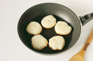 Пышные оладьи на горячем кефире - фото шаг 7