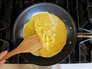 Простая яичница болтунья - фото шаг 6