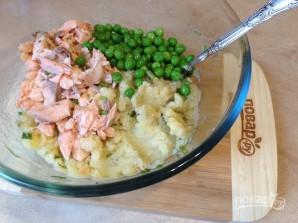 Биточки из картофеля, лосося и зеленого горошка - фото шаг 6