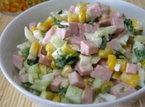 Простой салат с вареной колбасой - фото шаг 6