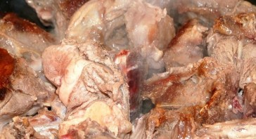 Баранина, тушеная с луком и помидорами - фото шаг 3
