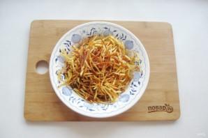 Салат с курицей и картофельной соломкой - фото шаг 4