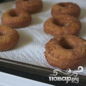 Пончики с ванильной глазурью и посыпкой - фото шаг 6