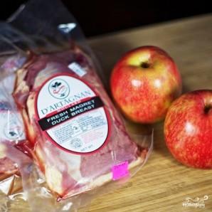 Тушеное мясо утки с яблоками - фото шаг 1