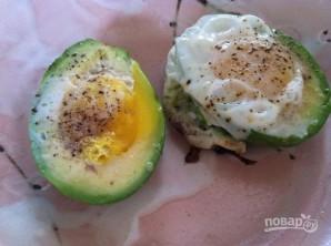 Яйцо в авокадо с беконом - фото шаг 4
