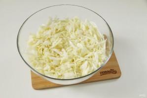 Салат с капустой, колбасой и кукурузой - фото шаг 3