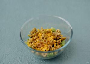 Салат с кукурузой и оливками - фото шаг 4