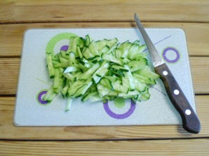Салат с огурцом и кукурузой - фото шаг 2