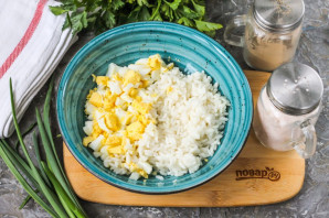 Салат с рисом и красной рыбой - фото шаг 3